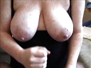 Handjob und cum auf ihre Titten