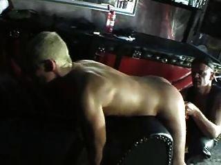 blonde Schlampe wird hart gefistet