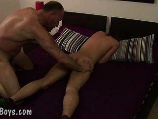 Balding Homosexuell Vater Slams das Arschloch eines netten Jungen