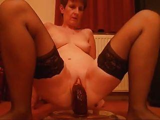sie liebt schwarz Bildo Schwanz ... in ihre feuchte Muschi sehen!