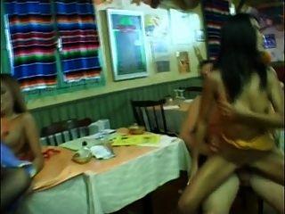 Bambus - 2 Kellnerin gefickt
