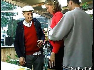 Französisch Blondine hart in Dreier mit Papy Voyeur gefickt