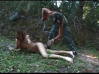 nass Spiel für nette Transvestiten im Wald bvr