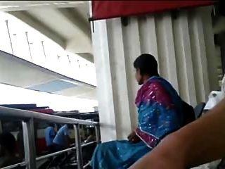 Tamilisch Typ Flash-Hahn in busstand dem Mädchen