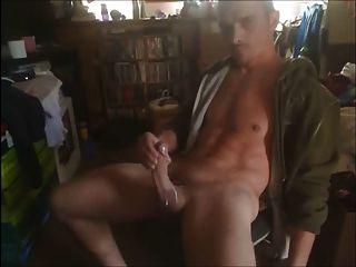 Mann, der seinen steinharten Schwanz masturbiert