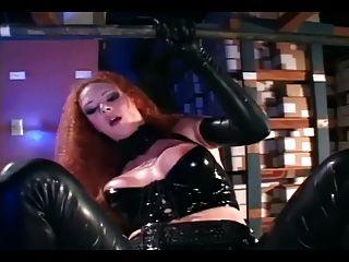 sexy Rotschopf in glänzenden schwarzen Latex gefickt