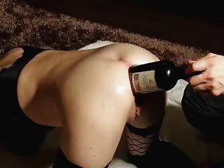 sie liebt guten Wein. . in ihr großes Arschloch