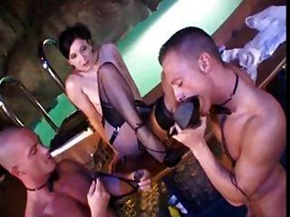 Renee Pornero mit zwei glücklichen Jungs in Nylon Aktion