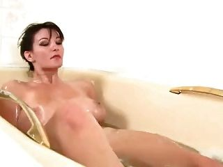 schönes Mädchen mit sehr haarige Fotze im Badezimmer spielen