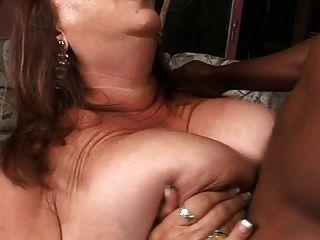 eine große, reife Frau versucht anal