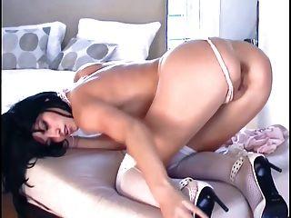 Babe in Netzs Nylons und Stilettos masturbiert