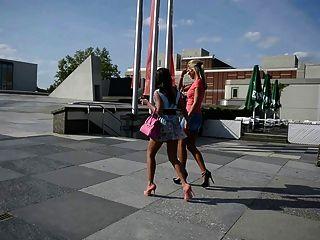 2 hot chicks auf High Heels im öffentlichen Straßen + Upskirt