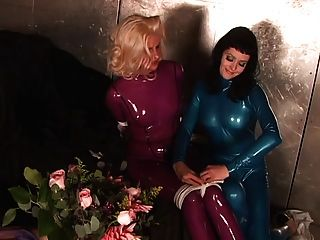 Schlampe in blauen Latex-Anzug geknebelt und gebunden