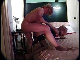 hot blonde Transe schwarze Strümpfe tragen saugt einen großen Schwanz und wird gefickt