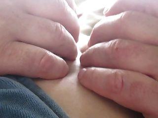 berühren ihre Titten und Brustwarzen im Freien