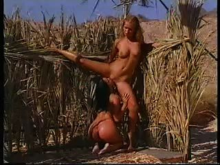 zwei Hotties eine erfrischende Dusche, in der Wüste.