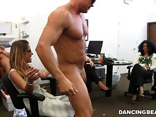 hot blonde Büro Geek saugt Überraschung Stripper Hahn