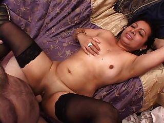 kurvige latina Cutie bekommt gebohrt ihre Muschi eine Last auf ihre Brust nimmt