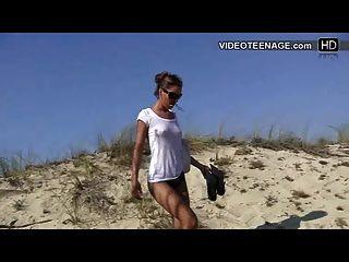 jugendlich offen Bikini ass am Strand