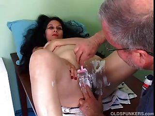 ziemlich reife latina bekommt ihre Muschi rasiert