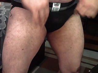haarige Trainer in einem Suspensorium vorführt
