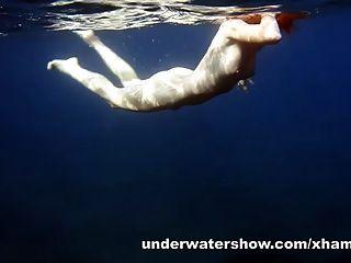 niedlich nastya im Meer schwimmen nackt