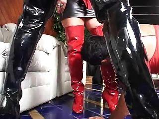 er trägt ihren roten Slip