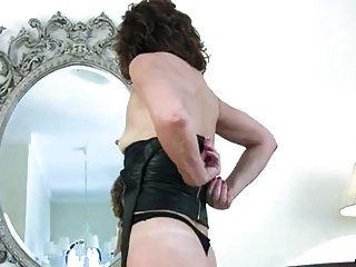 Milf reibt sich ihre Muschi zum Orgasmus