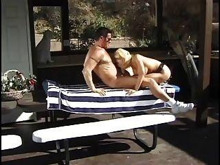 klassische Mutter mit dicken Titten Tina Cheri schlug am Pool