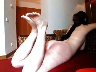 verrückten Mann Gürtel Schlag Füße und ass Ihre lol Frau.