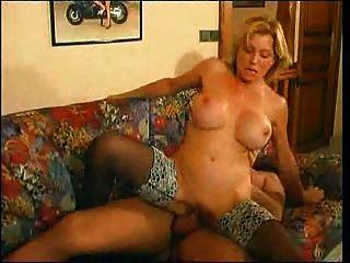 Ältere Mütter fickt anal ein junger Mann mit großen Schwanz auf einem Sofa