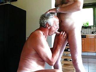alter Mann saugen
