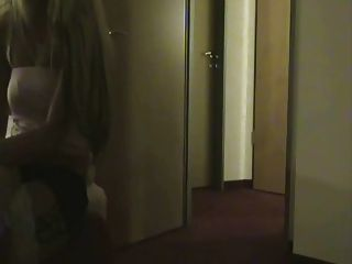 echte Hure wird in einem Hotelzimmer gefickt