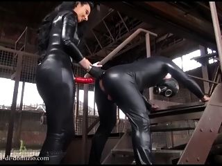 Strapon Fick in der alten Fabrik