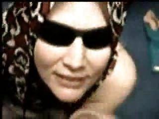türkisches Mädchen mit Hijab Empfangs abspritzen