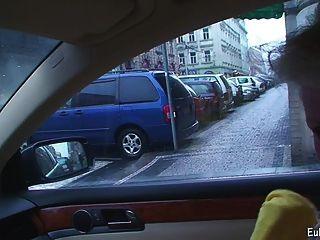 aneta zeigt Blasen und Ficken im Auto