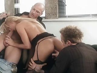 arty FMM Szene, bekommt eine Blondine in Netzstrümpfen gefickt