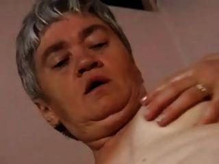 mollige Oma in Strümpfen klafft und fucks