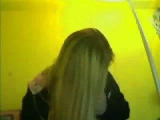 Mädchen zeigt Titten in Webcam