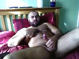 haariger Mann zuckt im Bett ab
