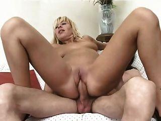 blond und sexy italienische Milf