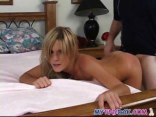 nette blonde fucks zum ersten Mal vor der Kamera