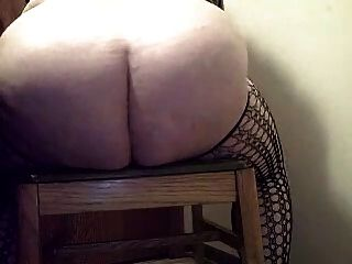 Fett Amateur Schlampe in Catsuite Reiten riesigen Dildo und spritzt