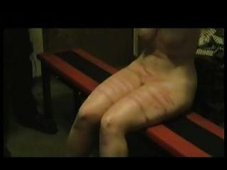 mad Mann die Beine und Brüste der deine Frau peitschen.