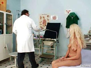 wunderschönen blonden Babe Pussy Gyno Prüfung