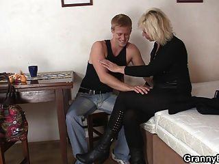 alte blonde reitet seinen steifen Stab