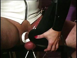 Herrin in Latex & Nylons ihrer Sklaven großen Schwanz kümmert