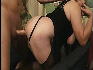 reife Schlampe mit großen Titten wird von hinten auf dem Boden gefickt