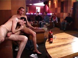 zwei heißen Jungs ficken bb in einer Bar