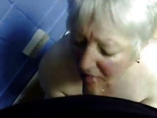 in den Mund von fiesen Oma Cumming. Amateur ältere